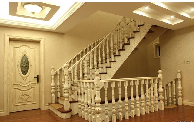 实木作为品质的代名词,近几年实木家具在家具市场风靡一时,现如今大房子的楼梯也出现了越来越多的实木楼梯,欧式风格的别墅中来一座实木的欧风楼梯,成为别墅中一道移不开眼的风景线,看看上海装潢网搜罗来的欧风实木楼梯吧!  别墅中的楼梯占据了很大空间,所以高质感的楼梯能让家居瞬间提升档次,实木作为品质的代名词实至名归,一座纯洁白色与棕红色搭配的欧派实木楼梯让欧洲风的别墅奢华感更上一层楼,经典款式的楼梯扶手彰显着属于上世纪欧洲的宫廷风格,着实叫人羡煞。